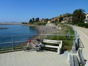 spiaggia e pista ciclopedonale lunga km 25